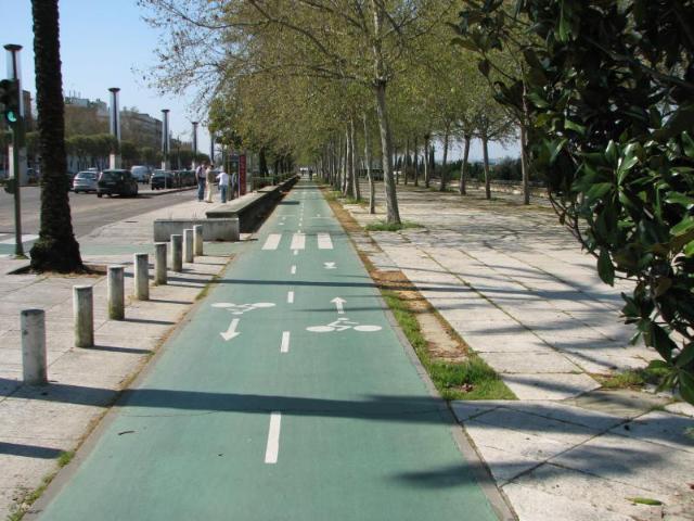 Sevilla kaksisuuntainen  vihreä kaistoitettu peruspyörätie